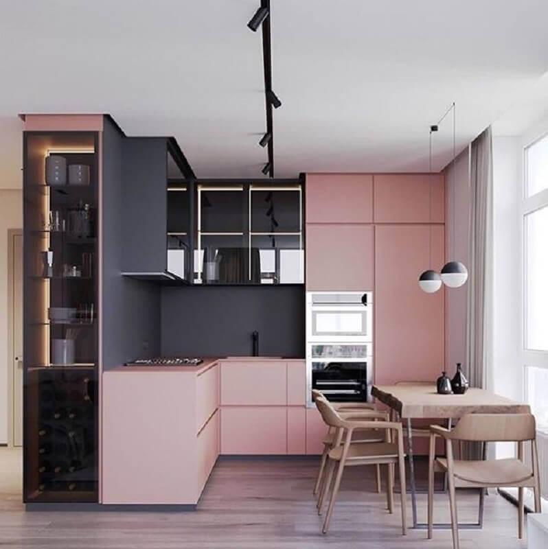 Decoração luxuosa com armário preto e rosa.