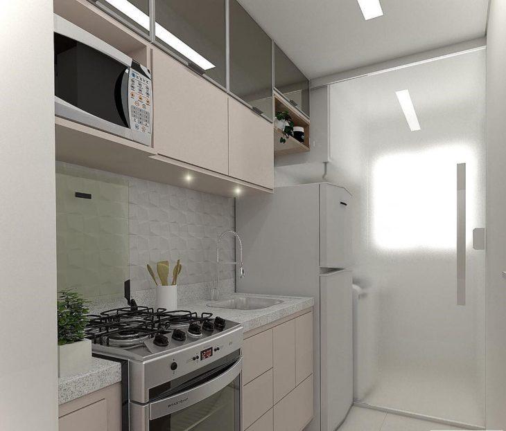 Decoração simples com armário branco e espelhado.