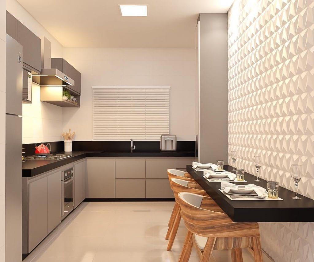 Decoração moderna com armário cinza e bancada preta.