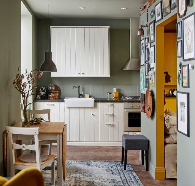 Decoração moderna com armário branca e mesa dobrável.
