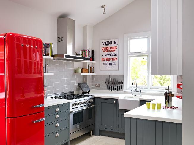 Decoração moderna com azulejo de tijolinho cinza e geladeira vintage vermelha.