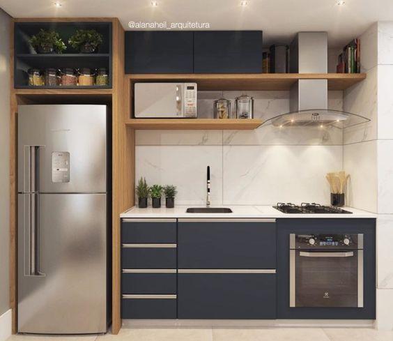 Cozinha pequena moderna com armário azul.