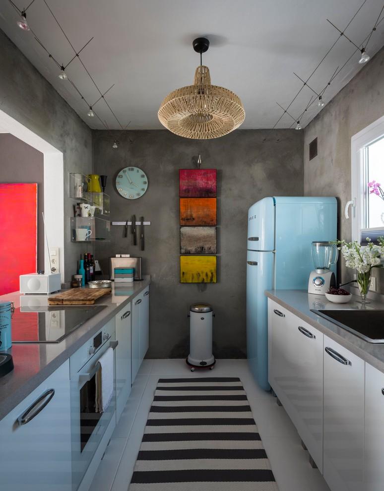 Cozinha pequena com parede de cimento queimado e geladeira vintage azul.