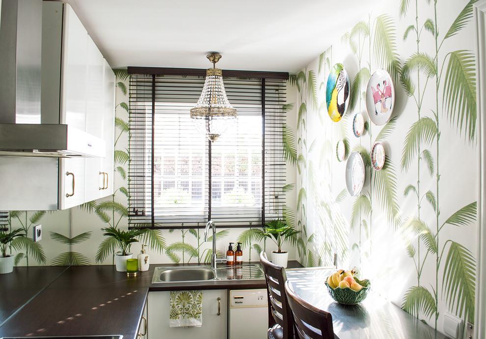 Cozinha pequena moderna com papel de parede decorado.
