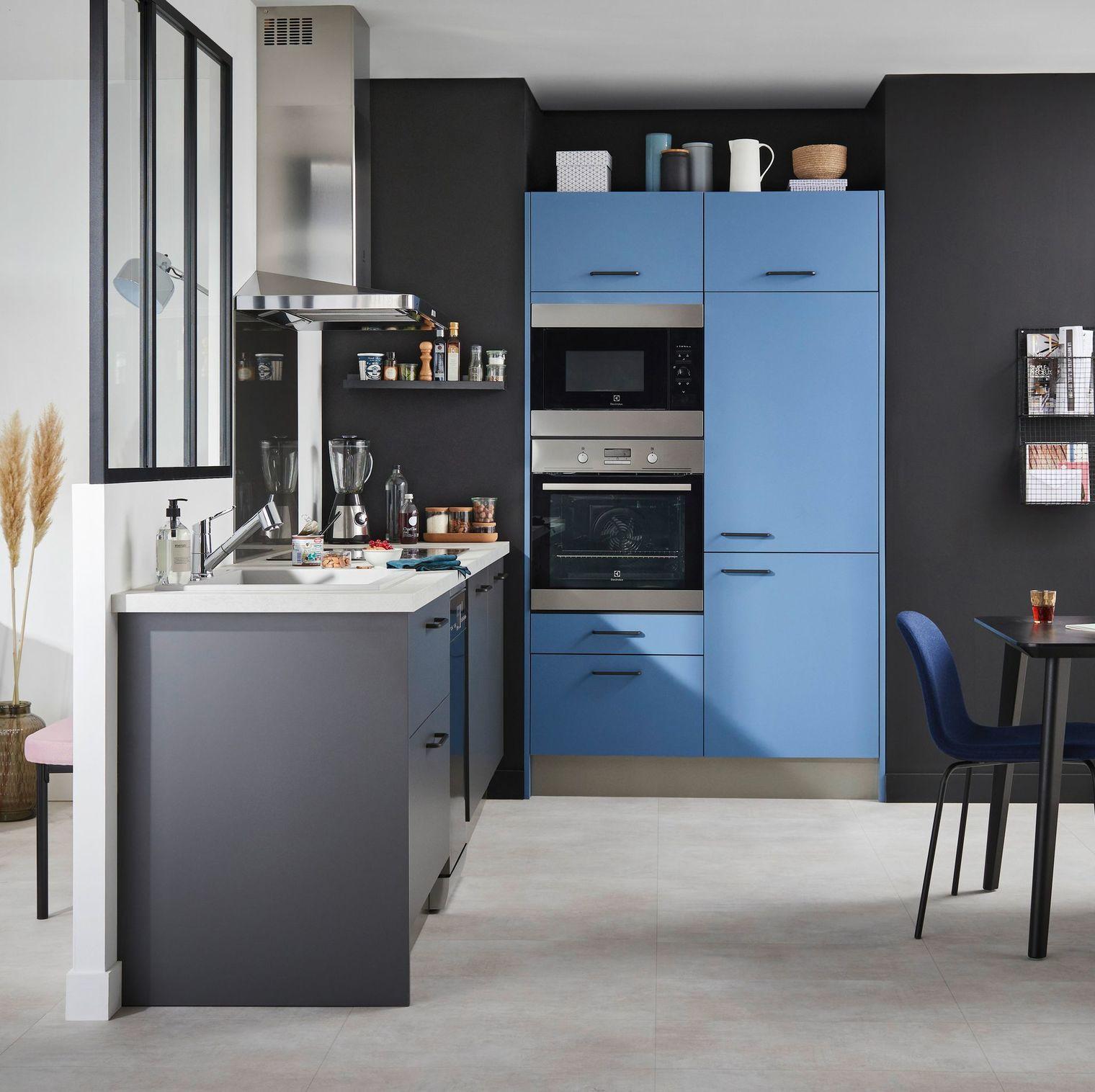 Decoração moderna com armário azul e cinza.