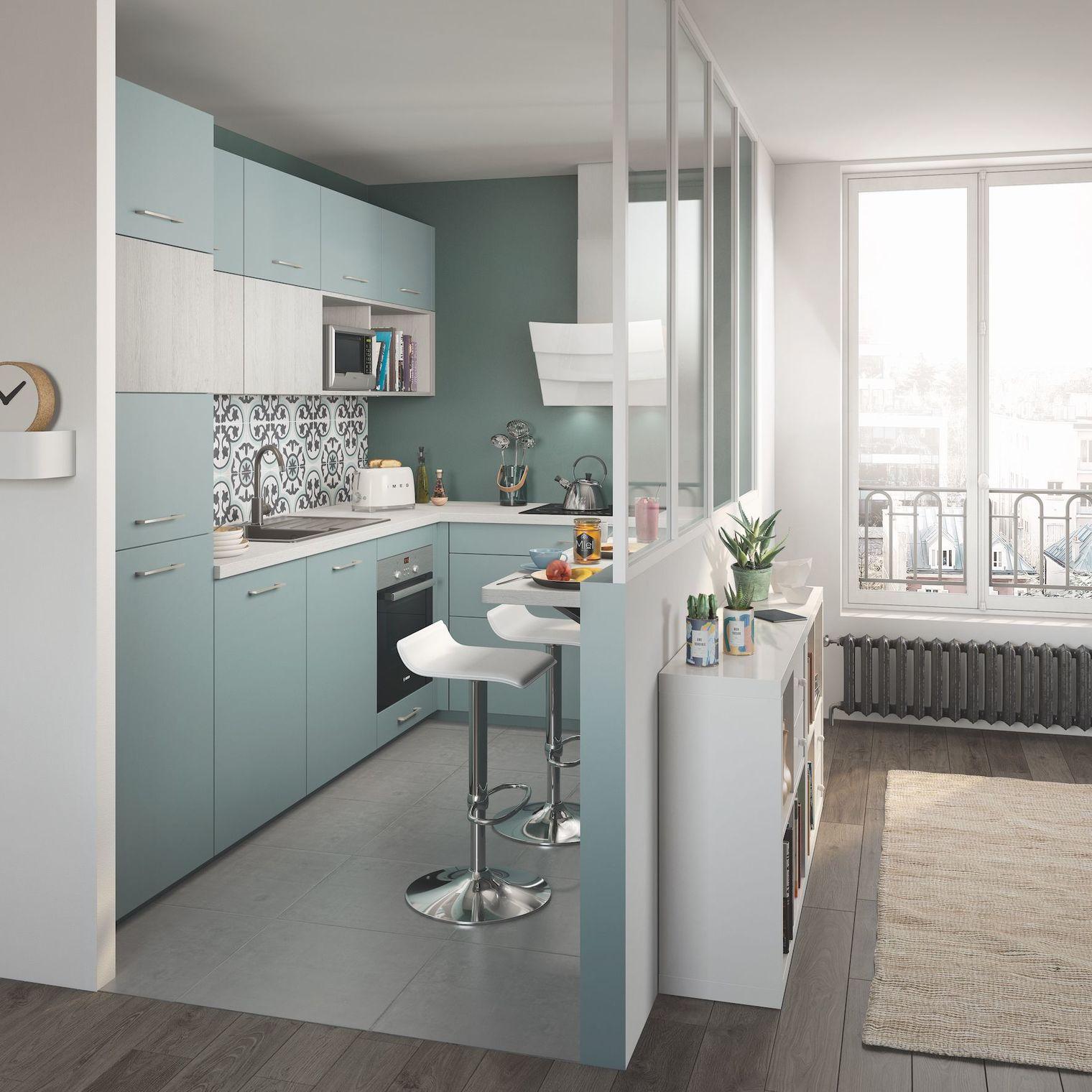 Decoração moderna com armário azul e azulejo colorido.