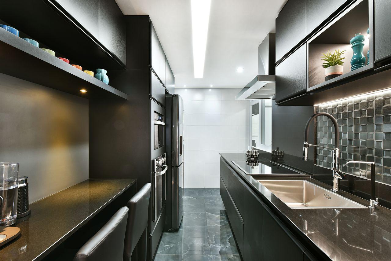 Cozinha pequena moderna preta.