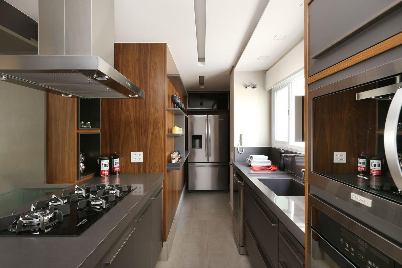 Decoração moderna com armário cinza e acabamento de madeira.