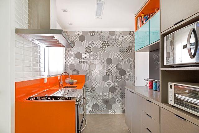 Cozinha pequena com armário cinza e bancada laranja.