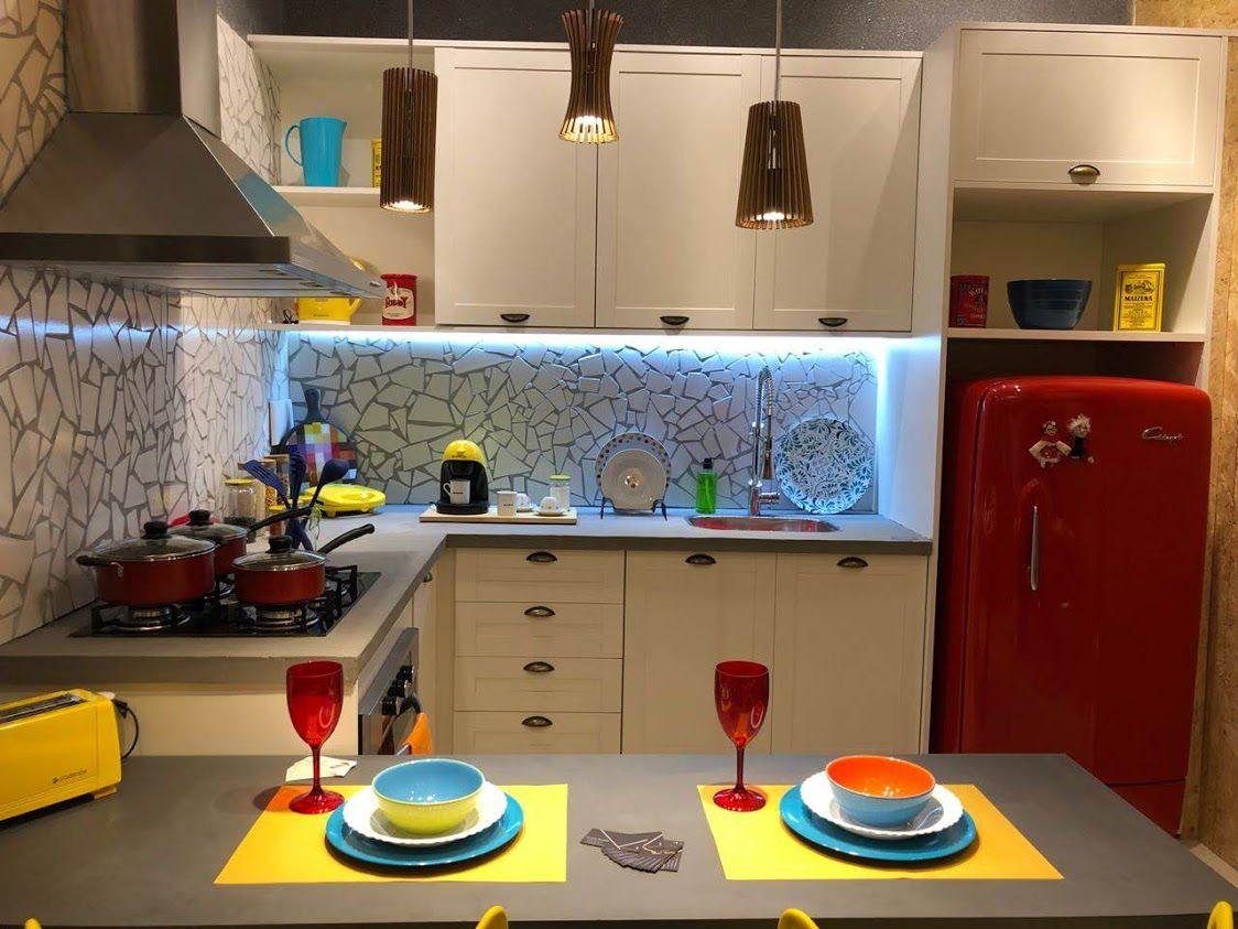Cozinha pequena moderna com geladeira vintage vermelha.
