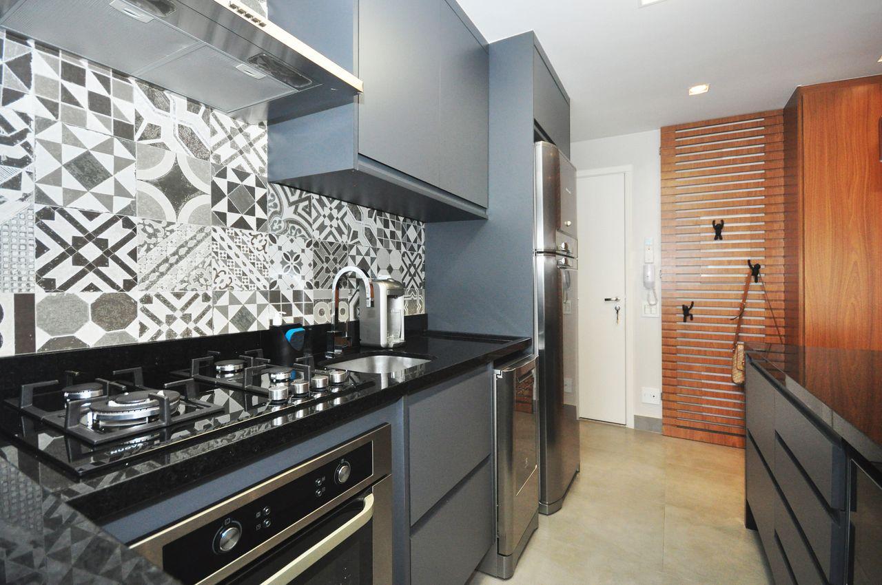 Cozinha pequena moderna com armário cinza.