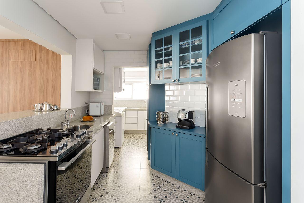 Cozinha pequena simples com armário azul.