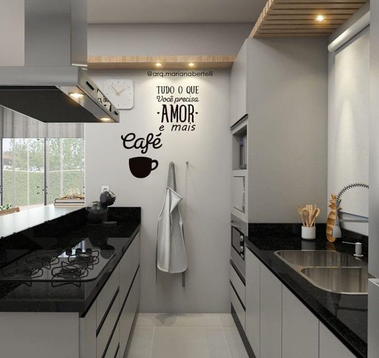 Cozinha pequena simples com armário branco e cooktop.