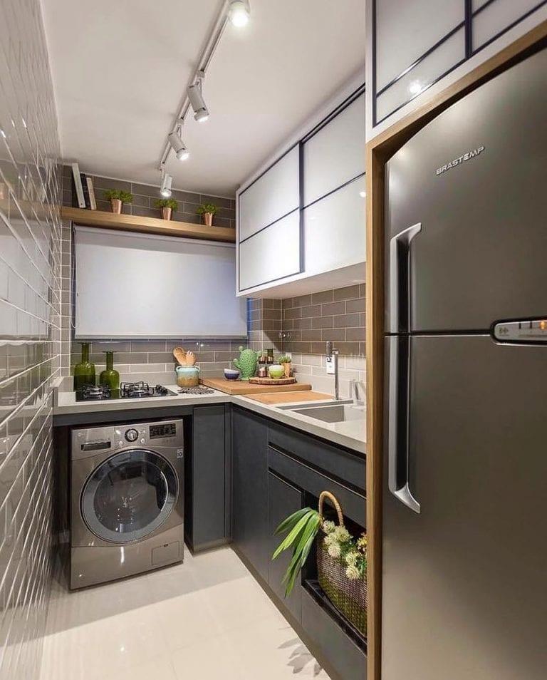 Cozinha pequena moderna com armário preto e azulejo marrom.