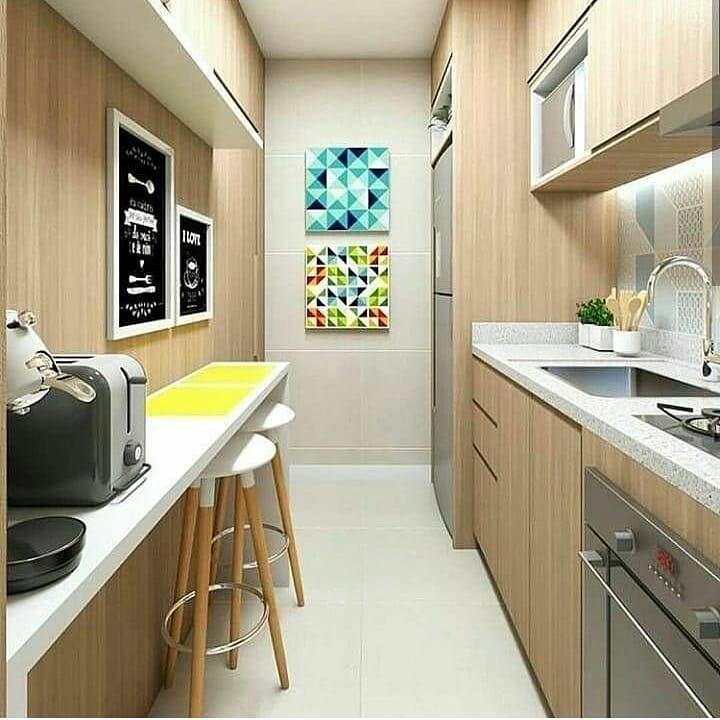 Cozinha pequena simples com armário de madeira e bancda branca.