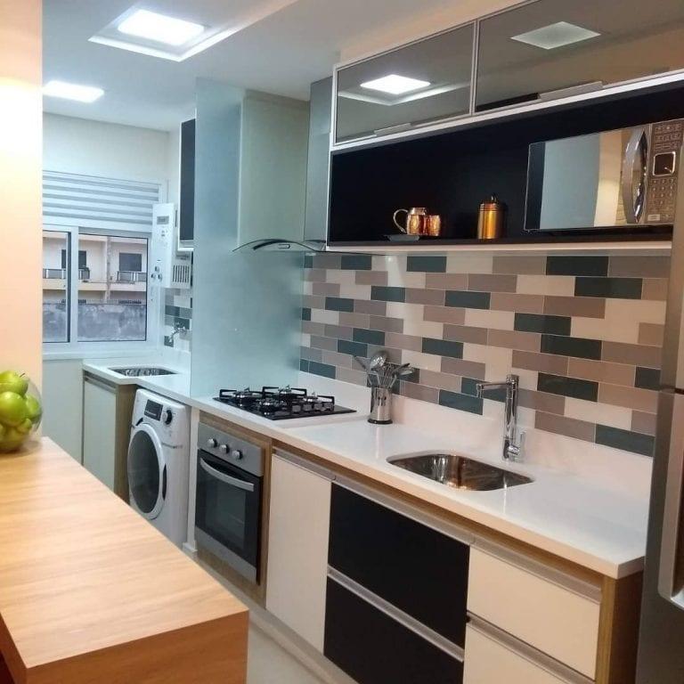 Cozinha pequena moderna com armários branco e preto.