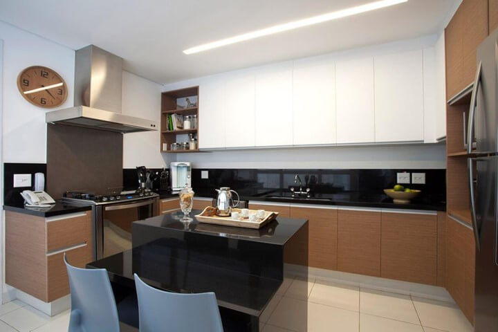 Cozinha planejada com ilha pequena simples.
