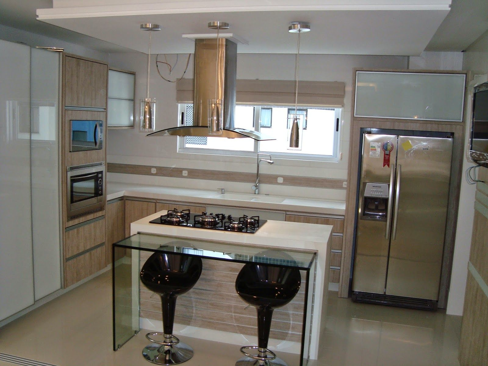Cozinha planejada com ilha pequena.