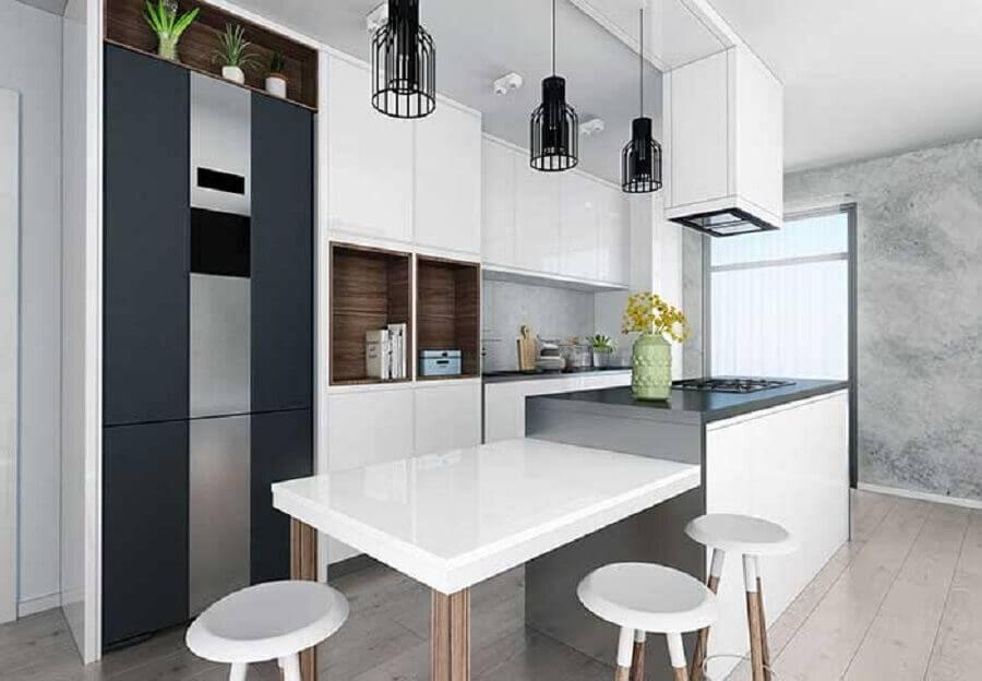 Decoração moderna com bancada cinza e mesa de madeira.