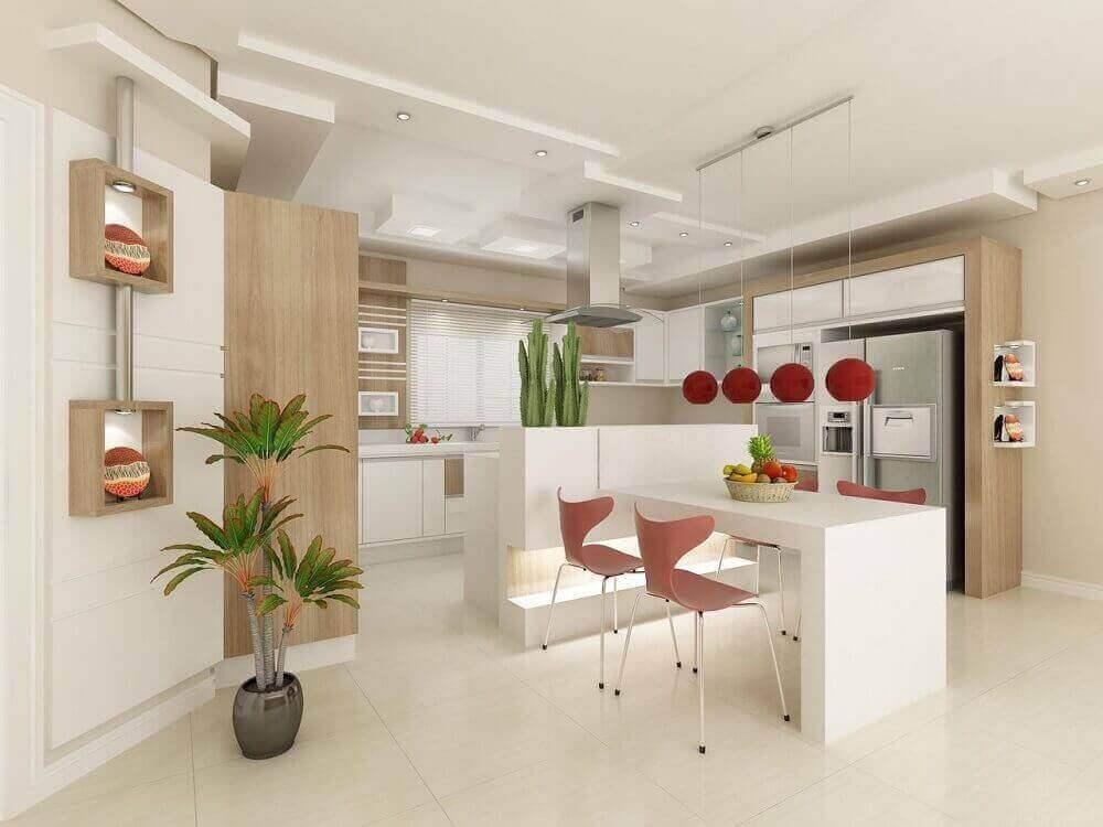 Cozinha planejada com ilha com cooktop e decoração simples.