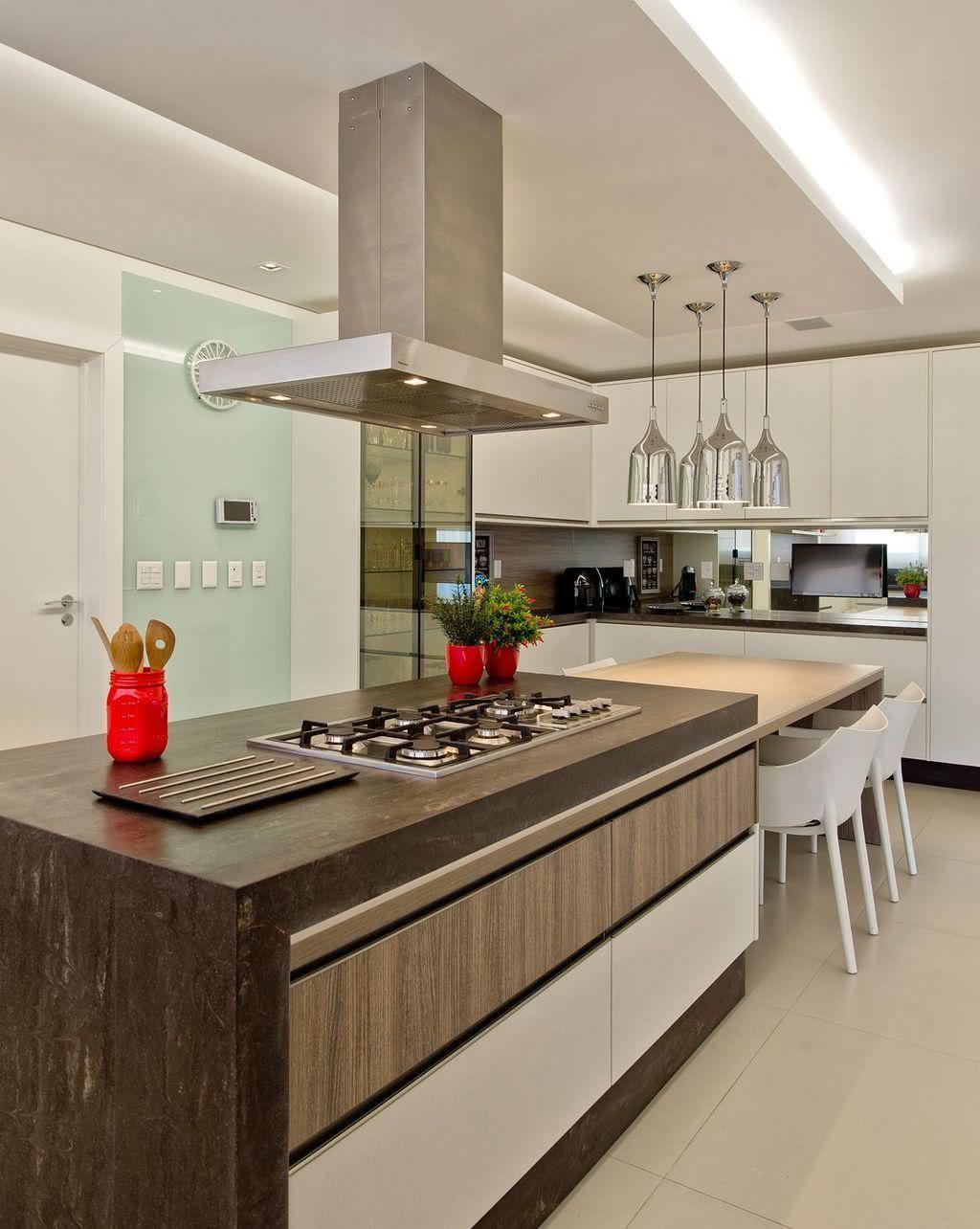 Cozinha planejada com ilha grande e cooktop.