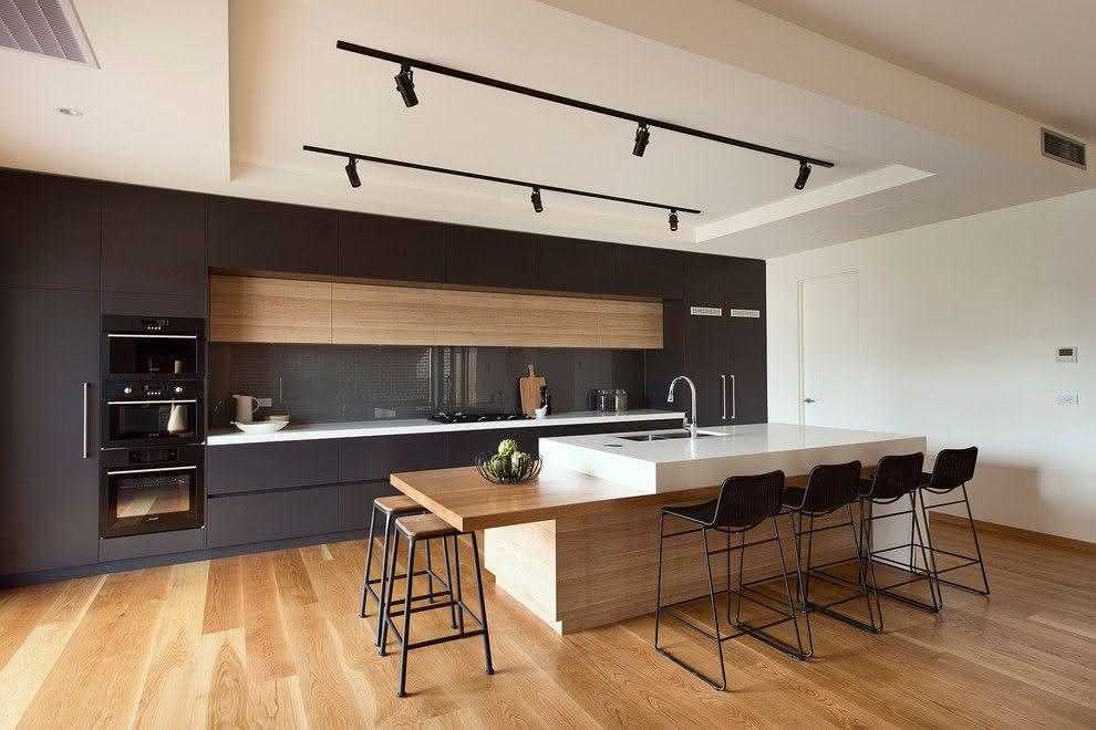 Decoração moderna com armário preto e acabamento de madeira.