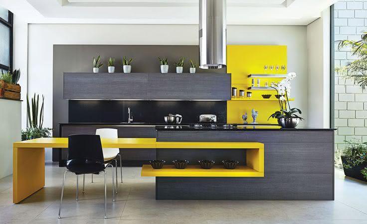 Decoração moderna com mesa amarela.