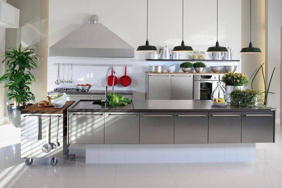 Cozinha planejada com ilha grande e moderna.