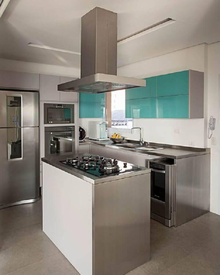 Cozinha planejada com ilha simples.