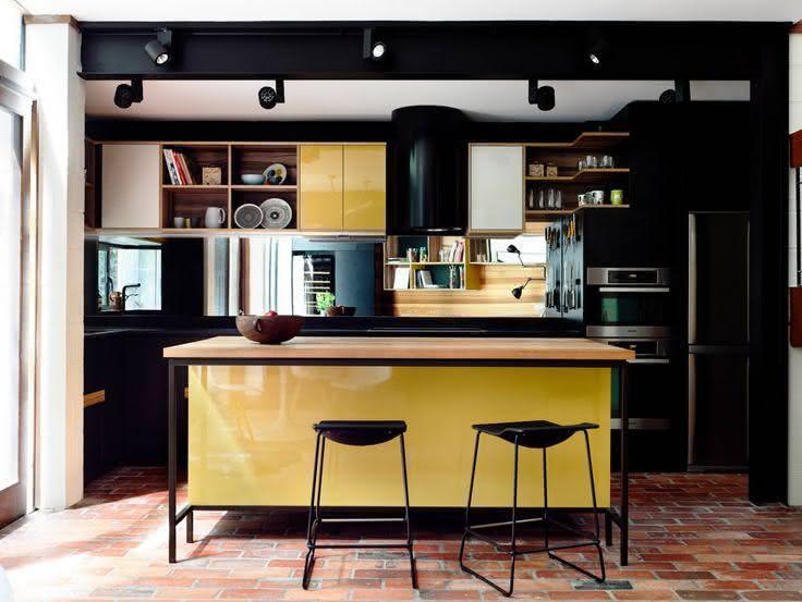 Decoração moderna com armário preto e amarelo.