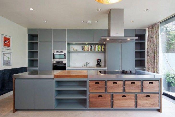 Decoração moderna com armários cinzas e gaveteiros de madeira.