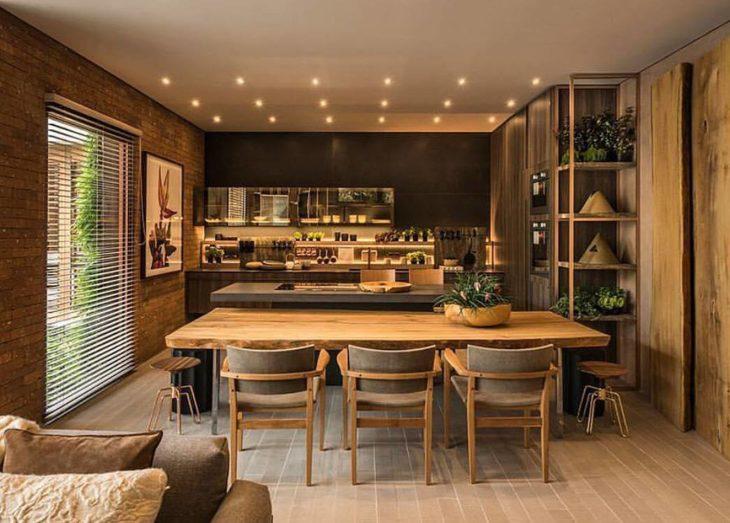 Decoração moderna com spots de led e mesa de madeira.