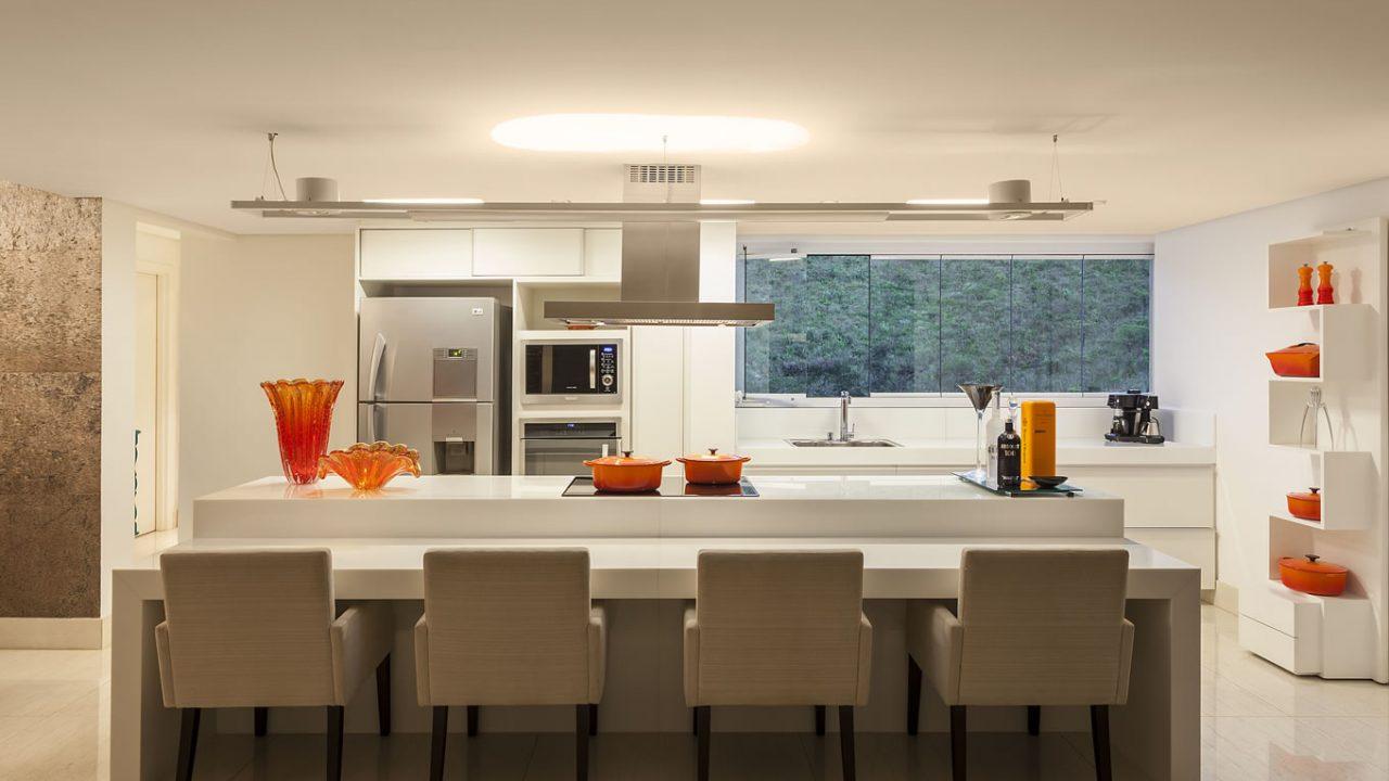 Cozinha planejada com ilha moderna.