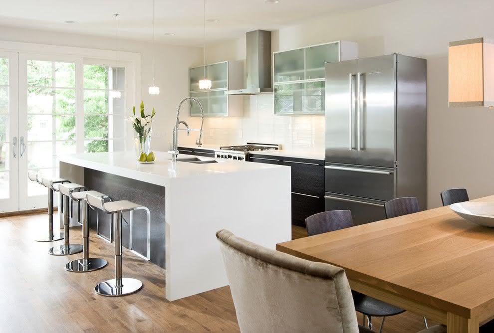 Cozinha planejada com ilha branca.