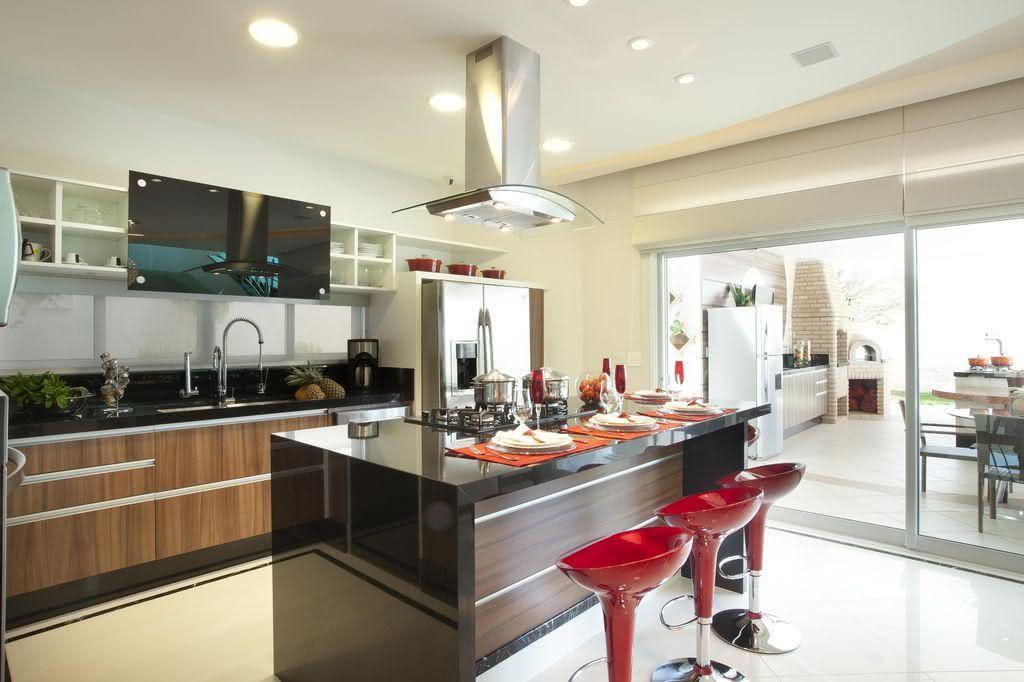 Cozinha planejada com ilha de granito.