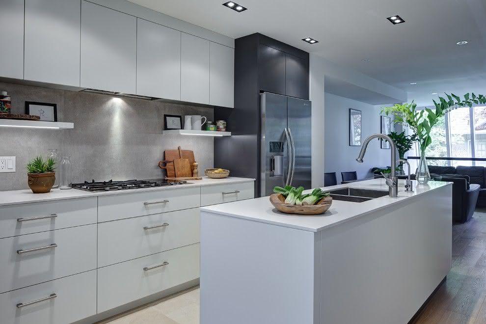 Cozinha planejada com ilha com pia.
