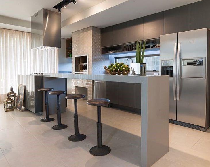 Cozinha planejada com ilha e bancada cinza.