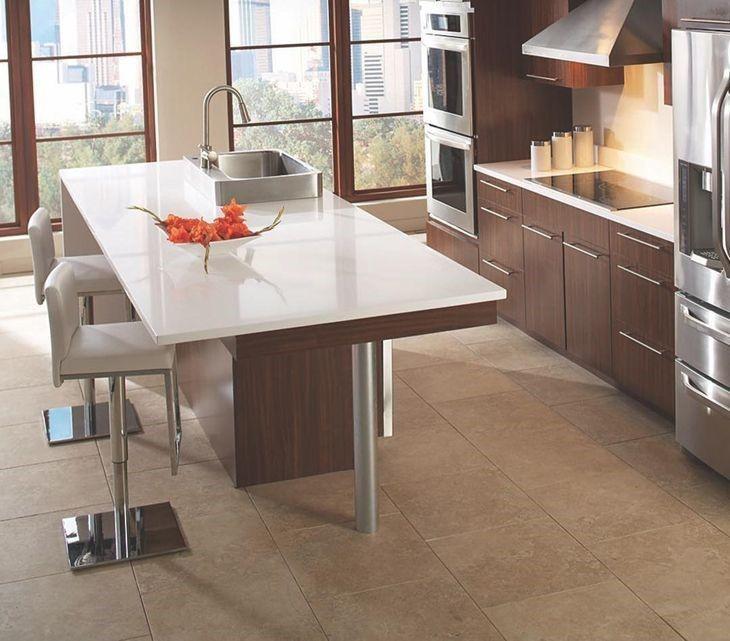 Cozinha planejada com ilha com pia e bancada de mármore.