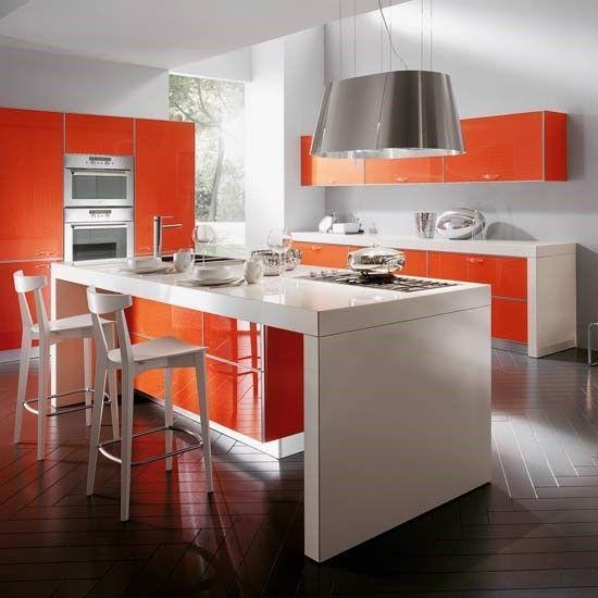 Decoração moderna com armários laranjas e bancada branca grande.