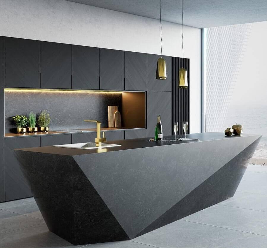 Cozinha planejada com ilha com pia moderna.