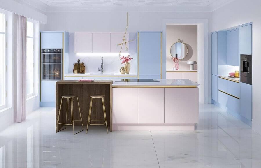 Cozinha planejada com ilha moderna e bancada de madeira.