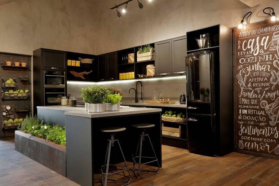 Cozinha planejada com ilha moderna com jardim.