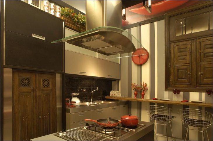 Cozinha planejada com ilha pequena e decoração moderna.
