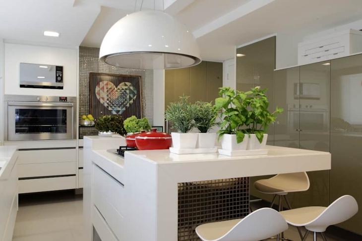 Cozinha planejada com ilha no centro e decoração moderna.