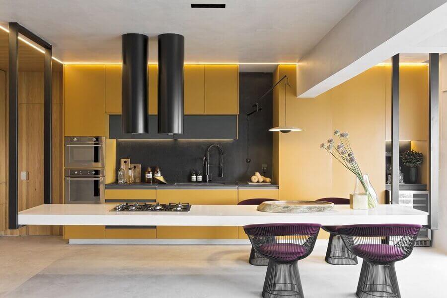 Cozinha planejada com ilha grande e suspensa.