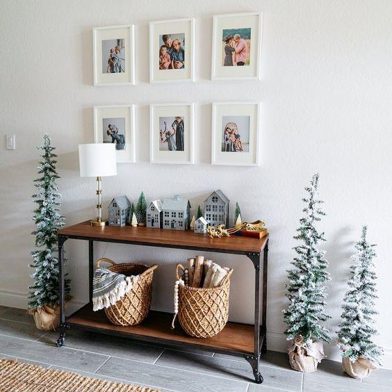 Decoração de natal para sala pequena com árvores pequenas.