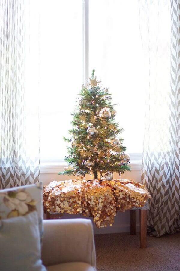 Decoração de natal para sala pequena com árvore pequena.