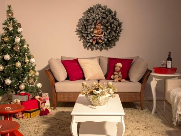 Decoração de natal para sala pequena com guirlanda e arranjo de flores.