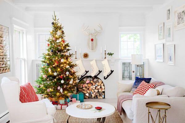 Decoração de natal para sala simples com árvore e meias.