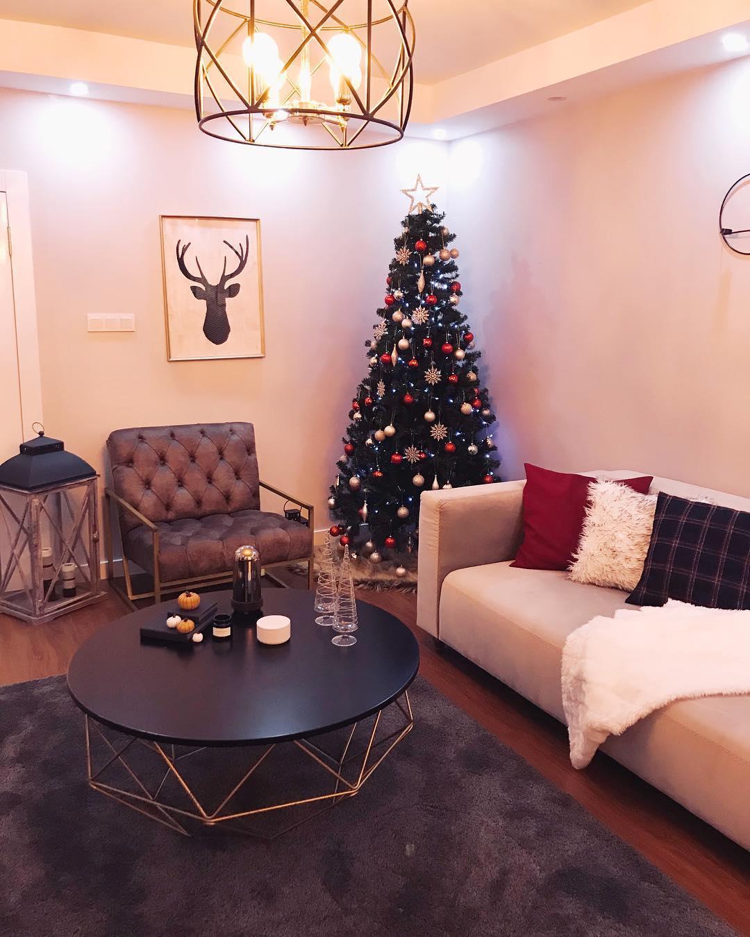 Decoração de natal para sala simples com árvore e quadro decorativo.